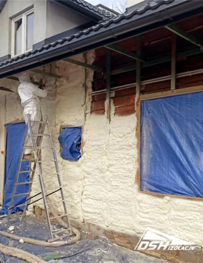 Pracownicy DSH Izolacje podczas Izolacji domu drewnianego