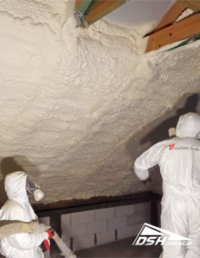 Pracownicy DSH Izolacje podczas prac związanych ociepleniem poddasza