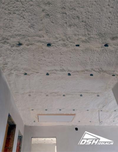 Zdjęcie przedstawia ocieplenie stropu wykonanym przez DSH Izolacje